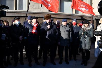 «Нет дистанту!» Депутаты фракции КПРФ провели встречу с избирателями у входа в Государственную думу