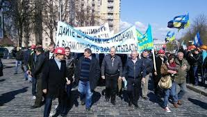 Большинство украинцев считает, что Украина находится в состоянии хаоса и развала