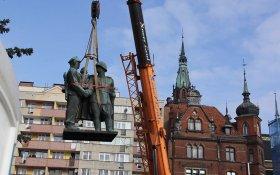 В Польше собираются снести 75 памятников советским солдатам и партизанам. КПРФ предлагает вывезти памятники в Россию