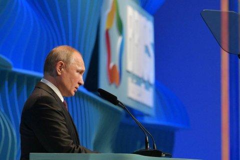 Путин заявил, что благодаря грамотным действиям властей удалось удержать Россию от сползания в рецессию
