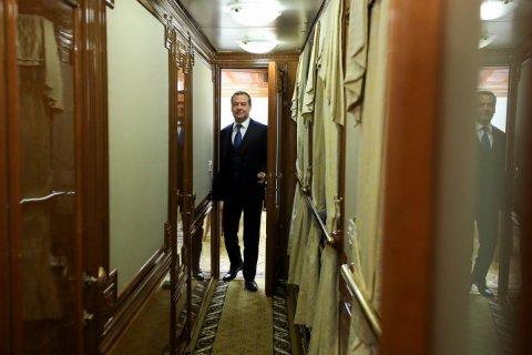 Для Медведева и Путина сделали спецпоезд. Они на нем ездят раз в 10 лет