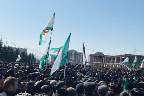 В Ингушетии идет многотысячный митинг с требованием отставки Евкурова и отмены соглашения о границе с Чечней
