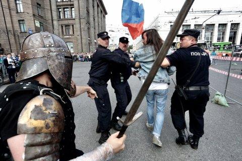 В Петербурге во время акции протеста рыцарь с мечом потребовал от полиции освободить задержанных