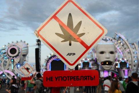 Опрос: Россияне больше всего осуждают наркоманию и взяточничество