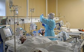 В России за сутки умерли от коронавируса 1 015 человек. Это новый антирекорд