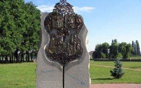 В Киеве снесли памятник дружбе с Москвой