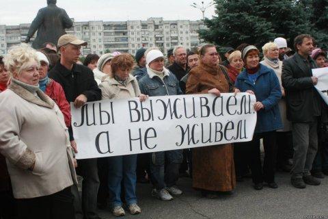 Почти половине российский семей денег хватает только на еду и одежду