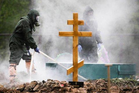 По данным Ростата, в России число умерших с коронавирусом в 2 раза больше, чем сообщали власти. В Петербурге — в 10 раз больше