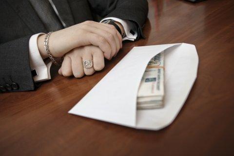 Опрос: каждый десятый россиянин получает зарплату «в конверте»