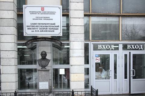 В петербургской больнице скорой помощи, в которую «не привозят коронавирусных», заразились более 100 медиков