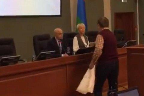 В Карелии пенсионер подарил депутатам туалетную бумагу за надбавку к пенсии в 21 рубль