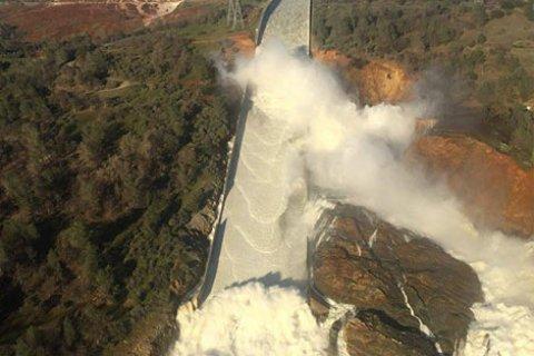 В Калифорнии эвакуируют почти 200 тысяч человек из-за угрозы прорыва крупнейшей плотины (Видео)