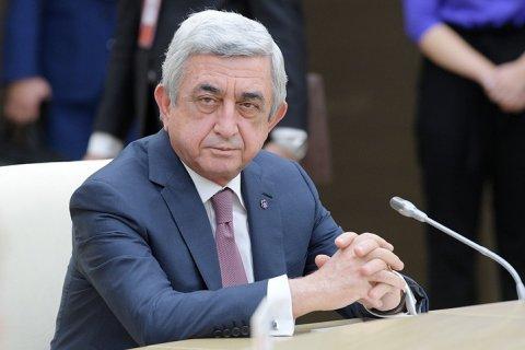 Премьер-министр согласился с критикой оппозиции и ушел в отставку... в Армении
