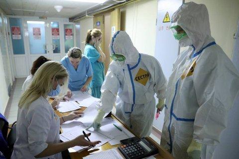 В России за сутки зарегистрировали 973 смерти из-за коронавируса. Это новый антирекорд