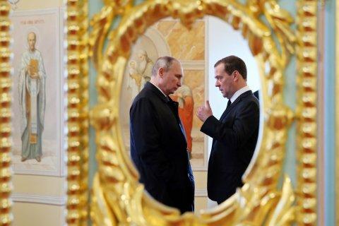 Путин против Медведева. 9 миллионов против 10