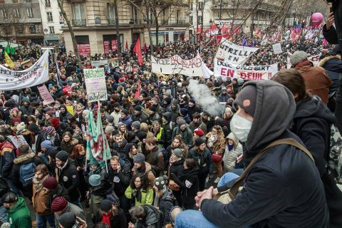 После массовых манифестаций правительство готово уступить в вопросе пенсионной реформы… во Франции