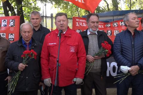 «Не забудем! Не простим». Активисты КПРФ в Москве возложили венки и цветы к памятному Кресту защитникам Дома Советов