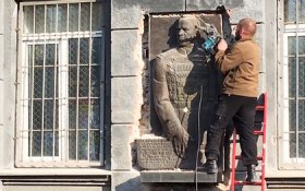 В Одессе националисты самовольно снесли барельеф Жукова
