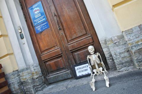 Госдума приняла в первом чтении законопроект о повышении пенсионного возраста. Топилин обещает. КПРФ протестует. Единороссы поддерживают. Путин ни при чем