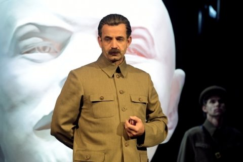Актер Дмитрий Певцов в образе Сталина предложил Познеру покинуть Россию