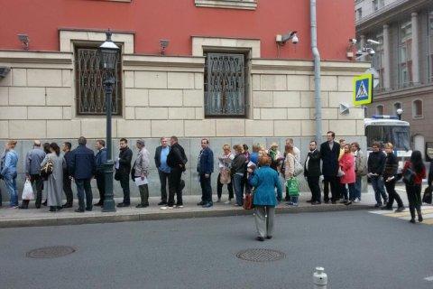 Московские коммунисты провели акцию у мэрии Москвы против беззакония на выборах, выстроившись в очередь для подачи заявлений