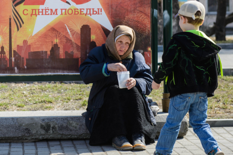 Приказано обещать. Кремль надеется в течение года остановить падение доходов россиян