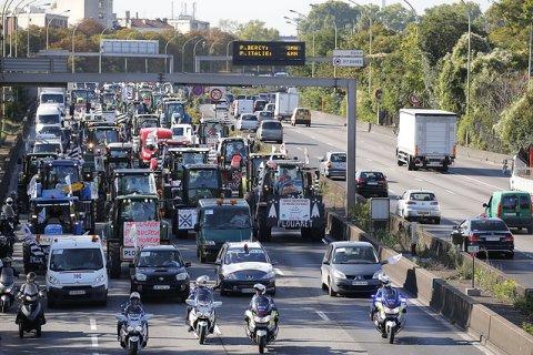 Французские фермеры протестуют против «феодальных замашек» мирового монополиста