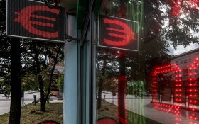Курс рубля рухнул. За год доллар подорожал на 17 рублей, евро — на 23
