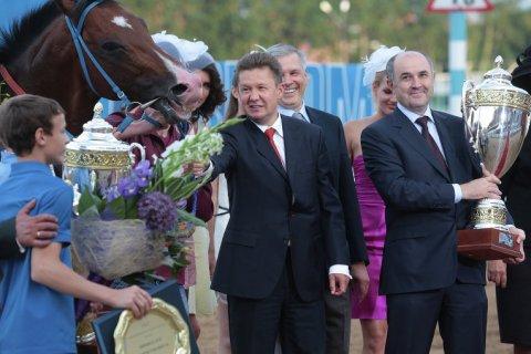 «Газпром» потратит 200 млн рублей на рекламу на телеканале о лошадях. Почему? — Директор лошадей любит