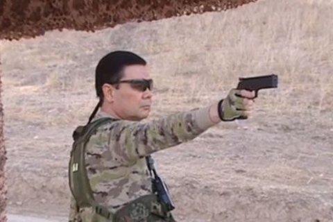 Президент Туркменистана в стиле «рэмбо» поучил военных стрелять и метать ножи