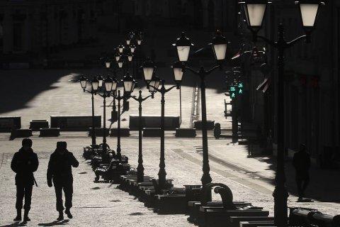 Полиции дали право штрафовать нарушителей самоизоляции в Москве. В том числе здоровых. Шесть дней назад единороссы обещали, что штрафовать будут только больных коронавирусом