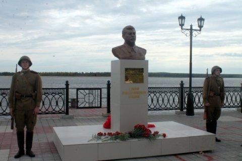 В Сургуте на народные пожертвования установлен памятник Сталину