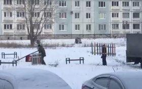 В Кемеровской области чиновники привезли во двор детскую площадку, сняли на камеру и увезли
