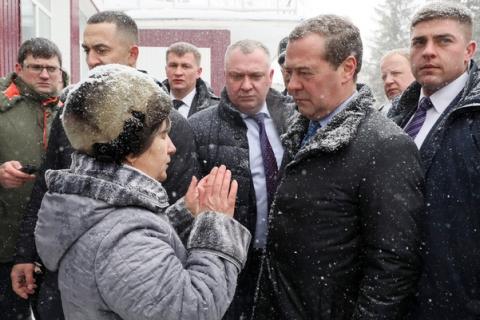 На Алтае пенсионерка на коленях просила у Медведева включить горячую воду