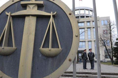 Опрос: Более половины россиян считают судей продажными