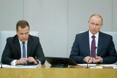 Медведев и Путин провели сеанс обещаний в Думе. На единороссов и жириновцев они произвели впечатление. Коммунисты проголосовали против