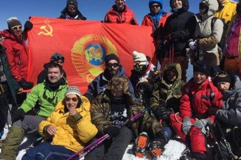В честь 100-летия Октября более 300 альпинистов покорили Эльбрус