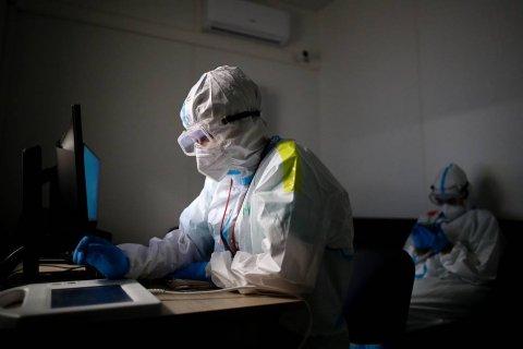 В России за сутки зарегистрировали 929 смертей из-за коронавируса. Это новый антирекорд