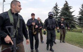 Лукашенко прилетел во Дворец Независимости в Минске с автоматом в руке