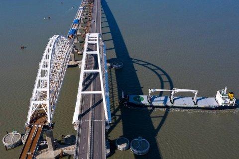 На Крымском мосту уложили первый железнодорожный путь