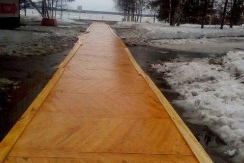 В Архангельске к приезду Путина тротуар застелили паркетной доской