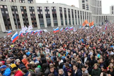 «Интерфакс» сообщает, что 95% участников протестных акции в Москве постоянно проживают в Москве и Московской области