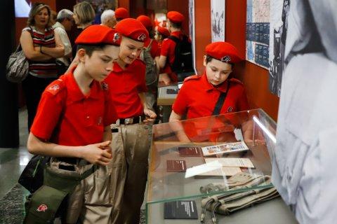 Больше половины молодых россиян хотят уехать жить за границу. Это рекорд за 10 лет