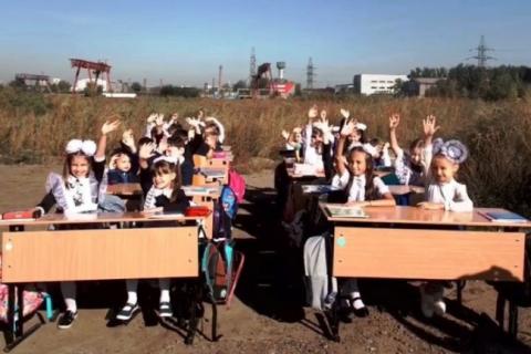 В Красноярске урок для детей провели на пустыре потому, что чиновники 5 лет только обещают построить школу