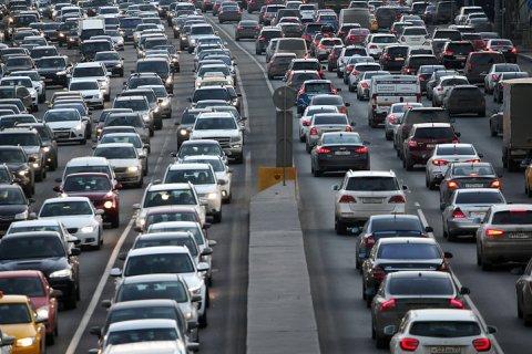 Власти обсуждают замену транспортного налога ростом цен на бензин. Снова