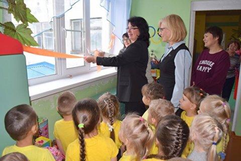 В республике Коми чиновники осуществили «давнюю мечту» — торжественно открыли новые окна в детском саду