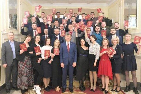 Дмитрий Новиков вручил дипломы выпускникам Центра политической учебы ЦК КПРФ, работающим в социальных сетях