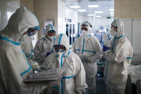 Роспотребнадзор разрешил врачам не надевать противочумные костюмы в «красной зоне»