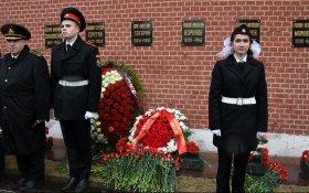 Коммунисты возложили цветы к могилам советских покорителей космоса у Кремлевской стены