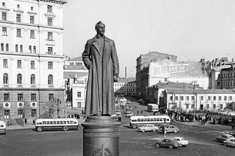 Коммунисты потребовали вернуть памятник Дзержинскому на его законное место